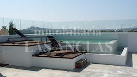 private dachterrasse mit swimmingpool und blick auf dalt vila penthousewohnung in jess ibiza - Penthousewohnung Mit Dachterrasse